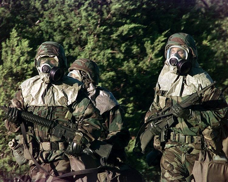 Soldats en tenue NBC (crédit : wikimedia commons.org)