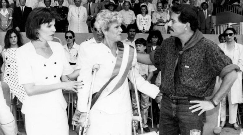 L'ex président Daniel Ortega et la présidente élue Violeta Chamorro en 1990