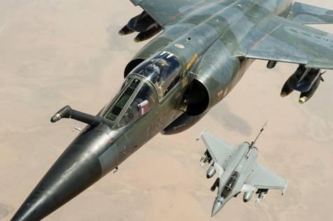 Mirage F1 CR et Rafale en ravitaillement (crédit ECPAD)