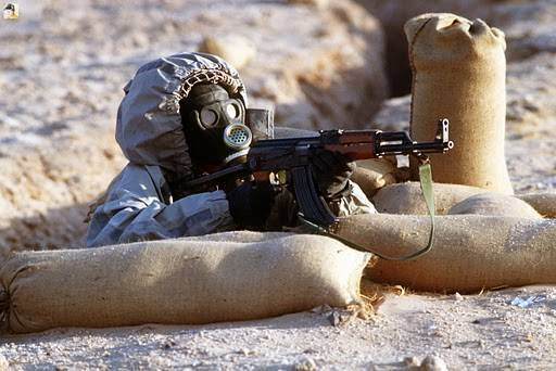 Soldat syrien en tenue NBC (crédit : Wikimedia commons.org)