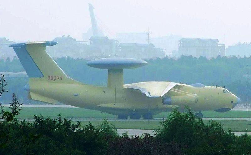 Un KJ-2000 sur plateforme d'IL-76 photographié en 2008 dans la livrée caractéristique des prototypes chinois (source : Wikimedia commons.org)