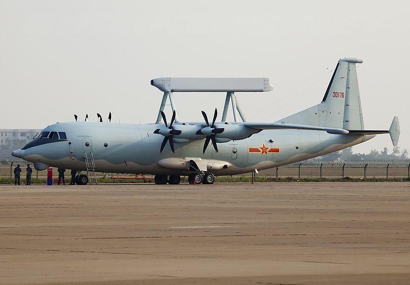 Un KJ-200 sur plateforme d'Y-8 photographié en 2012 dans sa livrée opérationnelle (source : Wikimedia commons.org)