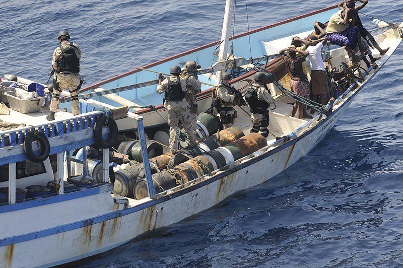 Contrôle par l'US Navy d'un bateau suspecté d'être armé par des pirates somaliens (crédit : US Navy)