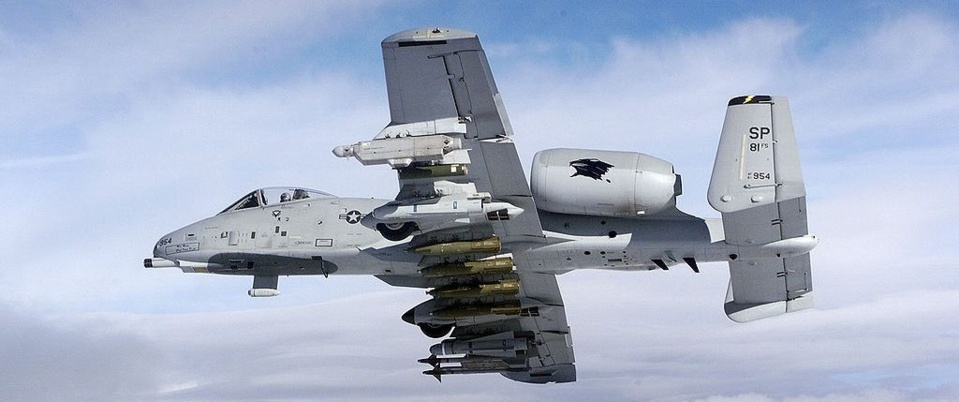 """A-10 Thunderbolt II du 81st Fighter Squadron, armé d'un pod de brouillage ALQ-131, de paniers LAU-10/A pour roquettes Zuni de 5 pouces, de missiles AGM-65 Maverick, de deux AIM-9 Sidewinder et de bombes BSU-49 """"Baloot"""""""