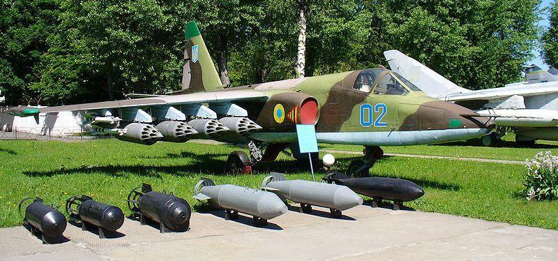 SU-25 Ukrainien avec une partie de l'armement qu'il peut emporter (crédit : Wikimedia)