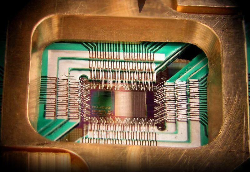 Puce de D-Wave Systems, conçue pour se comporter comme un processeur quantique (Licence Creative Commons)