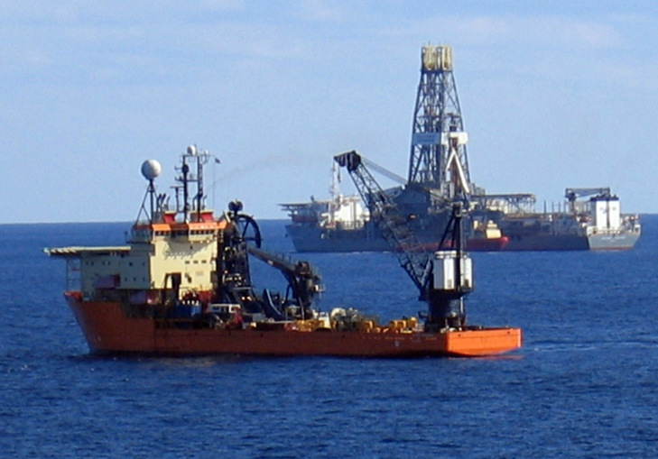 Offshore support vessel Toisa Perseus with, in the background, the fifth-generation deepwater drillship Discoverer Enterprise (CC Licence)