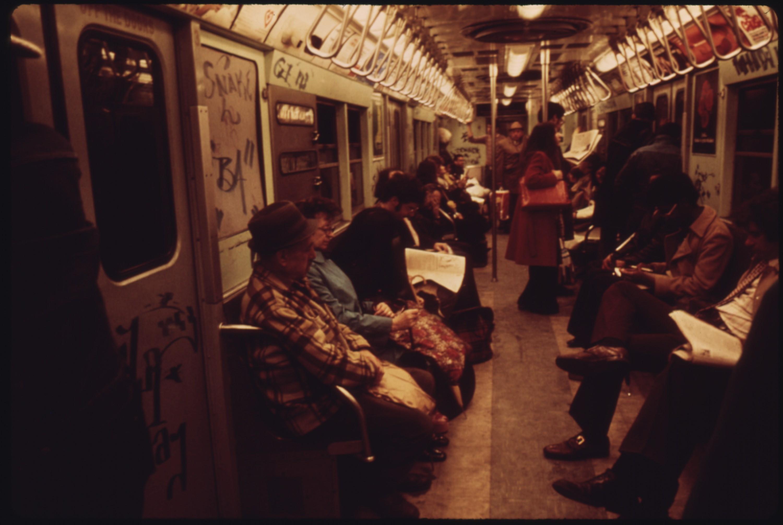 Scène urbaine dans le métro de New York City, 1974