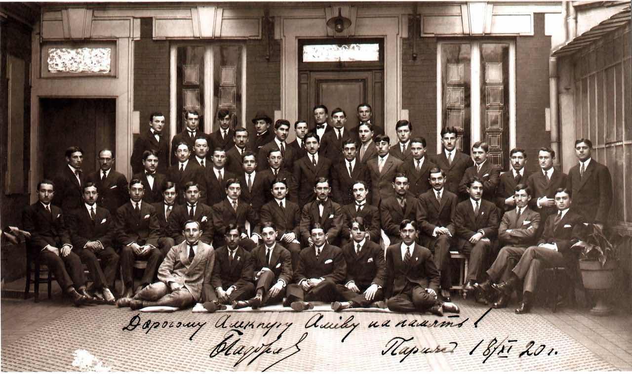 En 1919, la jeune république d'Azerbaïdjan envoie cent citoyens azerbaïdjanais étudier dans les meilleures universités européennes.