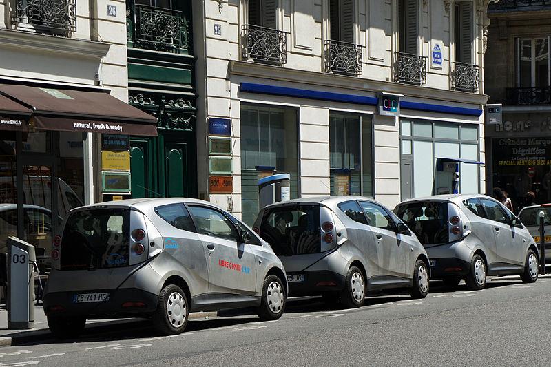 Bolloré Bluecars en recharge sur une station d'autopartage, rue du Quatre Septembre à Paris.