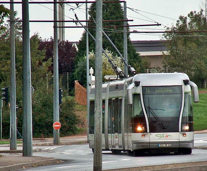 Hybride entre un tramway, un bus électrique et un trolleybus, le TVR de Bombardier est représentatif de la diversité des solutions techniques possibles (licence Creative Commons)