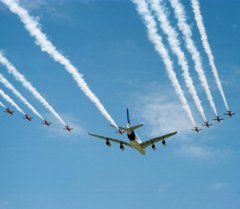 Airbus A380 encadré par la patrouille d'acrobaties aériennes des Red Arrows (Licence Creative Commons)